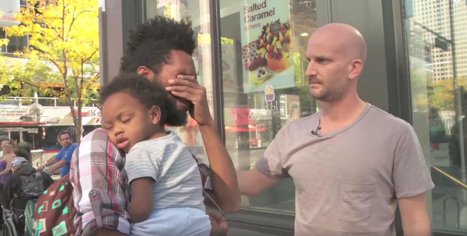 James Moss no puede contener el llanto ante la bondad de un desconocido.(Imagen. YouTube)