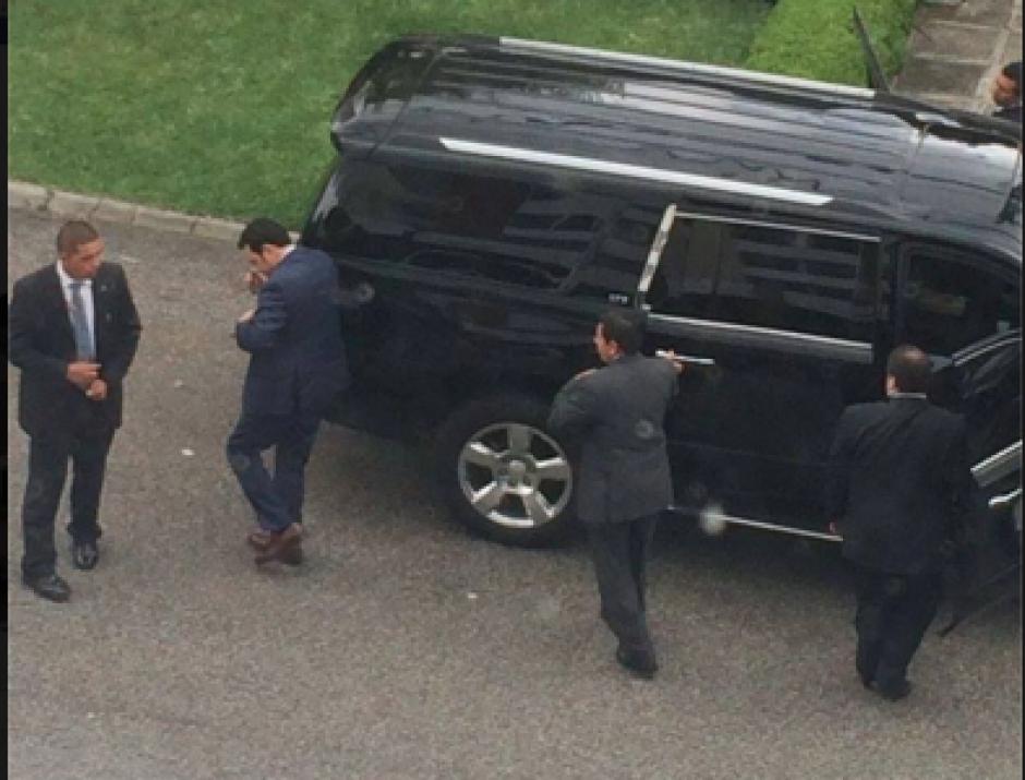 El mandatario electo Jimmy Morales llegó al lugar con un fuerte dispositivo de seguridad. Foto: Enviada por usuarios de Soy502 al inbox de Facebook)