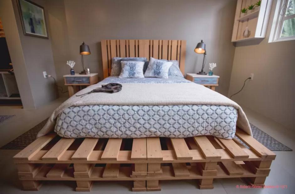 """La habitación donde se hospedarán los visitantes cuenta con una hermosa cama y la ventana da directamente a la vecindad de """"El Chavo del 8"""".(Foto:Airbnb)"""