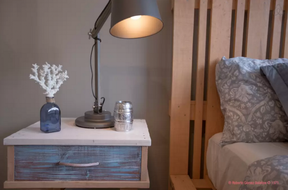 """Un pequeño barril de """"El Chavo del 8"""" decora la habitación. (Foto: Airbnb)"""