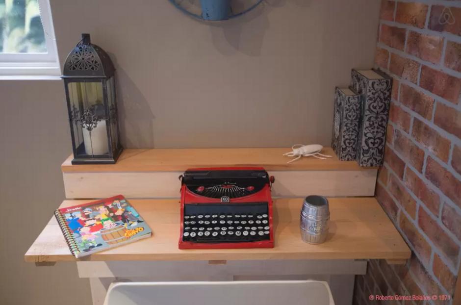 """En la habitación se puede observar una maquina de escribir color rojo y artículos de """"El Chavo del 8"""".(Foto:Airbnb)"""