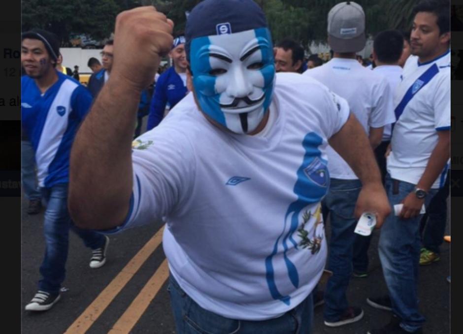 Con todo el atuendo para apoyar a la selección de Guatemala en el Estadio Nacional Mateo Flores. (Foto: Nuestro Diario)