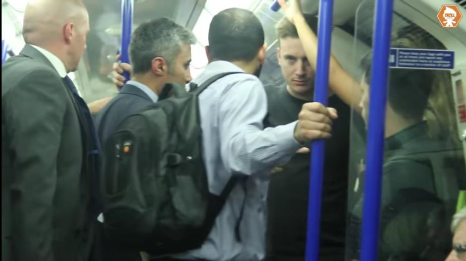 La mujer se refugia en una esquina del vagón mientras grita para pedir ayuda.(CapturaYouTube)