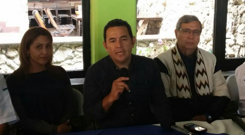 En la gira de agradecimiento, Jimmy Morales es acompañado por su esposa y el vicepresidente electo. (Foto: Equipo de comunicación de Jimmy Morales)
