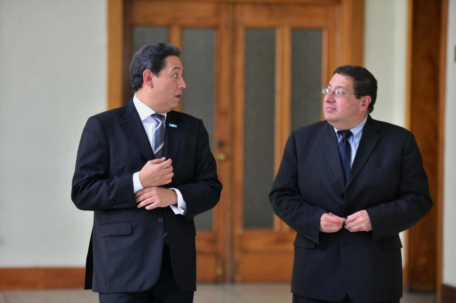 Los ministros de Salud y Finanzas caminan juntos minutos después de finalizar el Gabinete de Gobierno. (Foto: WIlder López/Soy50)
