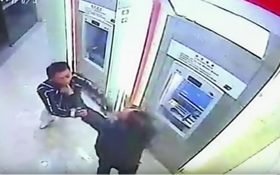 El hombre esquiva los golpes del delincuente.(Imagen: YouTube/RT)