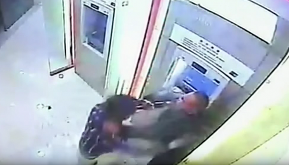 Ambos hombres se dan de golpes frente a un cajero automático. (Imagen: YouTube/RT)
