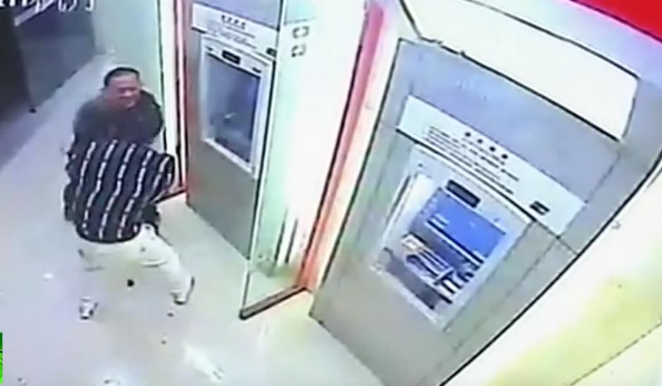 El delincuente hace hasta lo imposible por robarle al hombre.(Imagen: YouTube/RT)