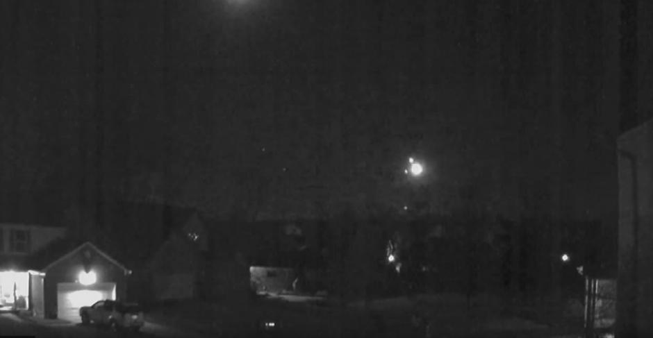 La cámara de seguridad instalada en un vecindario al sur de los Estados Unidos capta el momento en que una bola luminosa cae en la Tierra. (Imagen: YouTube/8.3 Chile Earth quake 16 9 2015)