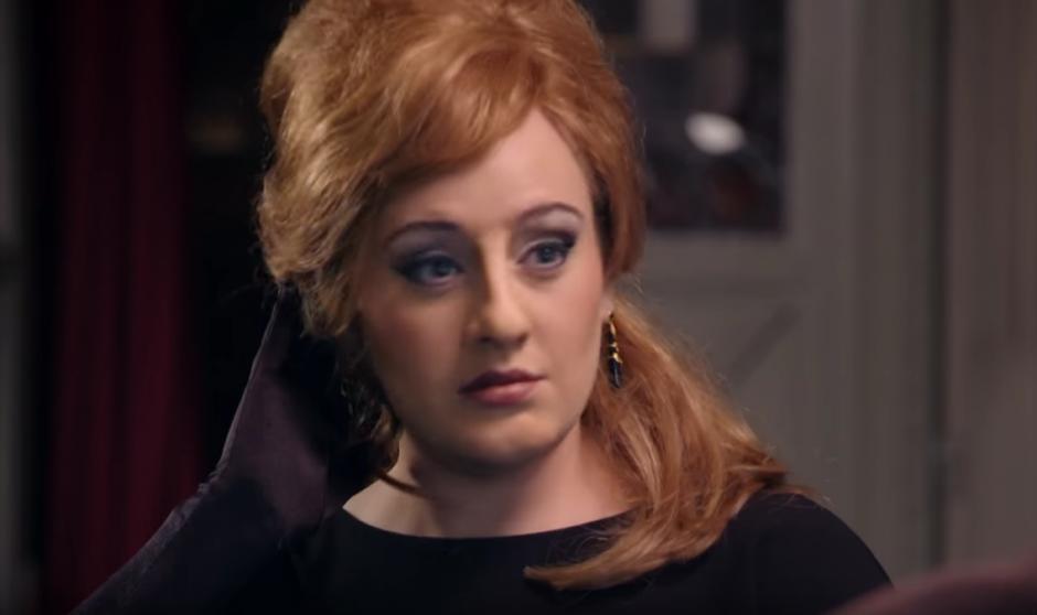 Adele se puso una peluca, una nariz y barbilla postiza. (Foto: YouTube/ BBC)