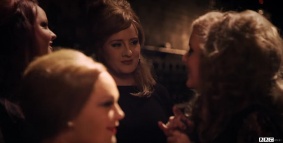 Adele se infiltró entre las participantes de un concurso de imitadoras.(Foto: YouTube/ BBC)
