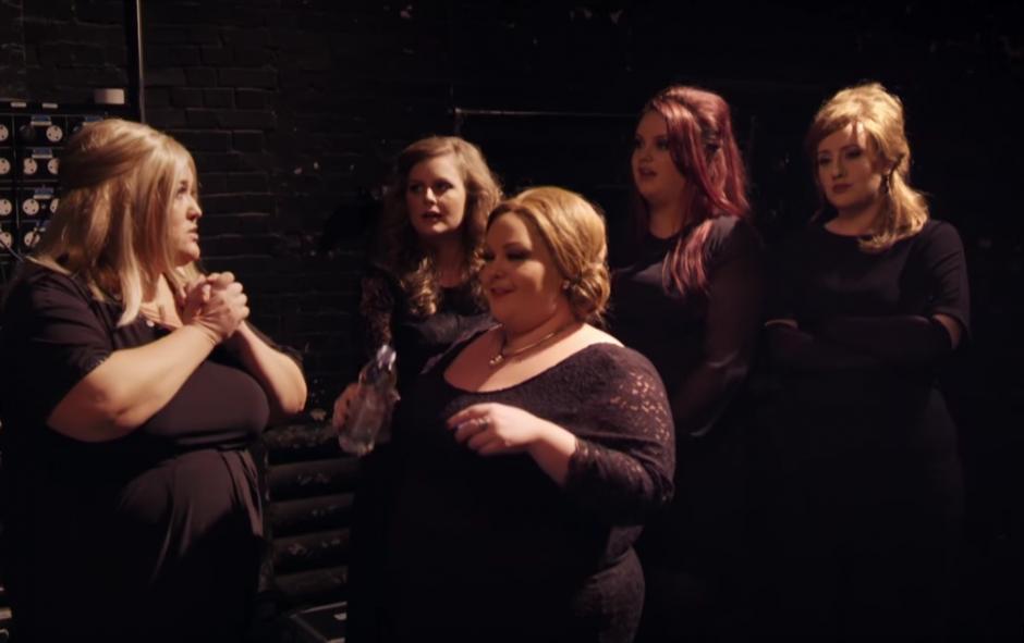 Adele platica con cada una de las imitadoras.(Foto: YouTube/ BBC)