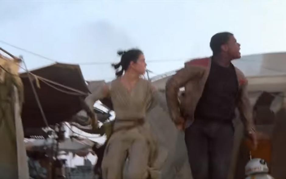 Finn huye de los enemigos.(Imagen: Facebook / Star Wars Latan)