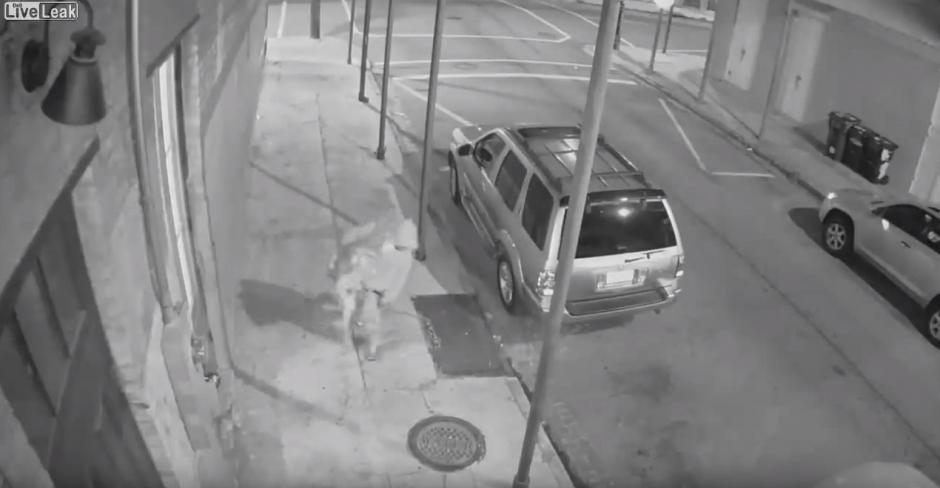 Un hombre lleva a la fuerza a una mujer. (Imagen: YouTube/Live Leak)