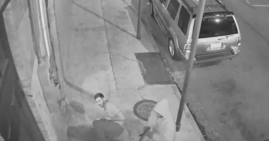 El agresor le dispara varias veces al joven pero falla en los últimos tres intentos.(Imagen: YouTube/Live Leak)