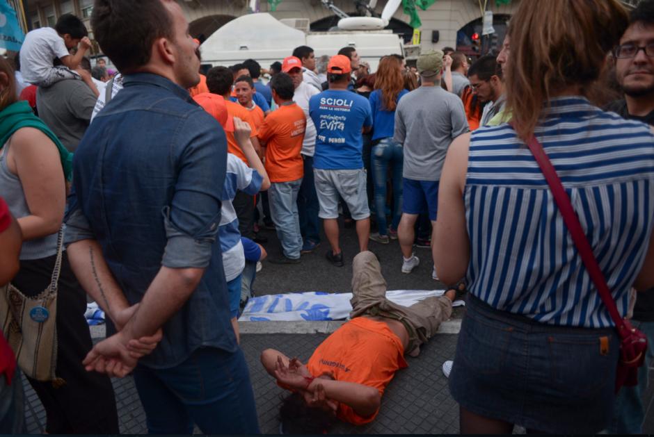 Seguidores del candidato a la presidencia de Argentina por el gobernante Frente para la Victoria, Daniel Scioli, escuchan los primeros resultados del escrutinio que da como vencedor a Mauricio Macri. (Foto: EFE)