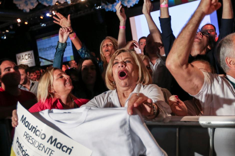 Seguidores de Mauricio Macri celebran durante la segunda vuelta electoral en Buenos Aires, luego de conocer los primeros resultados. (Foto: EFE)