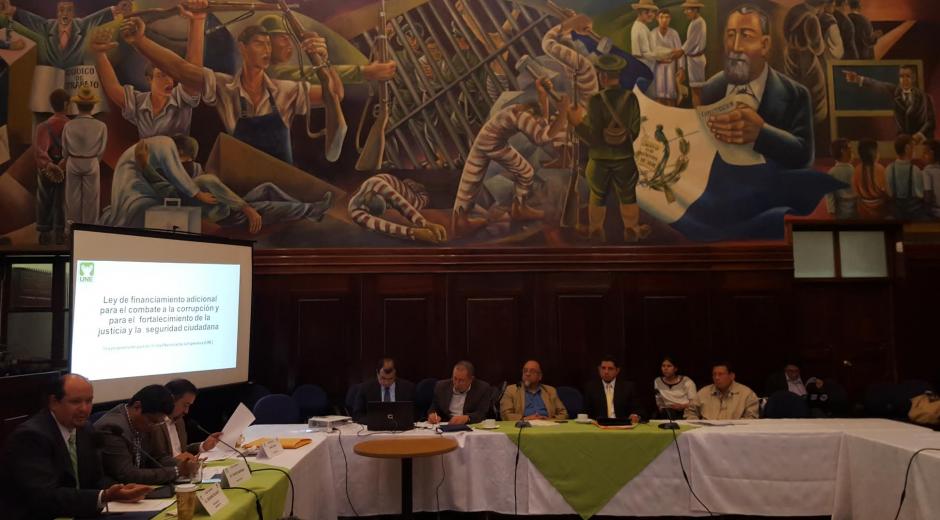 Los diputados Orlando Blanco, Carlos Barreda y Jairo Flores presentaron la propuesta de modificación del ISR. (Foto: Soy502)