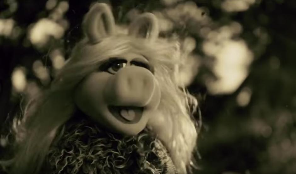 "Miss Piggy interpreta el tema ""Hello"". (Imagen Youtube/Latest TV Promos)"
