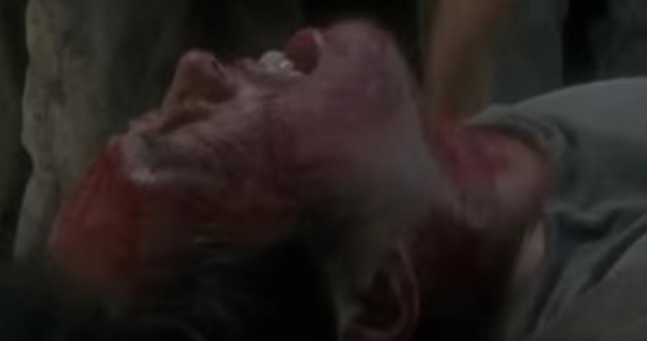 Glenn cae en medio de un grupo de zombies. (Imagen: YouTube)