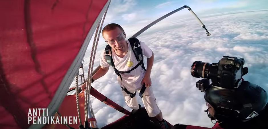 Antti se prepara para tirarse de un globo aerostático sin paracaídas. (Imagen: Action Office)