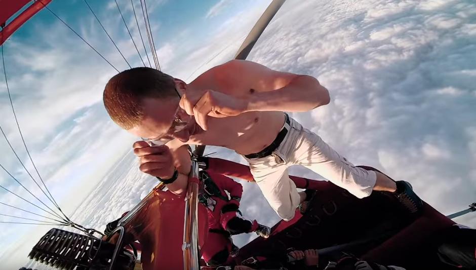 El hombre se ajusta un par de lentes que le protegerán los ojos al momento de la caída. (Foto: YouTube/Action Office)