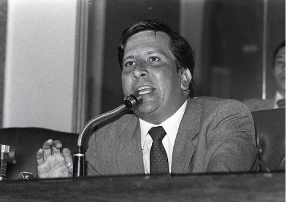 Rodrigo Lara Bonilla, Ministro de Justicia, señalado de ser el primer hombre en acusar a Escobar por sus ilícitos. Fue ejecutado en 1984 por orden del capo. (Foto: hipertextual.com)