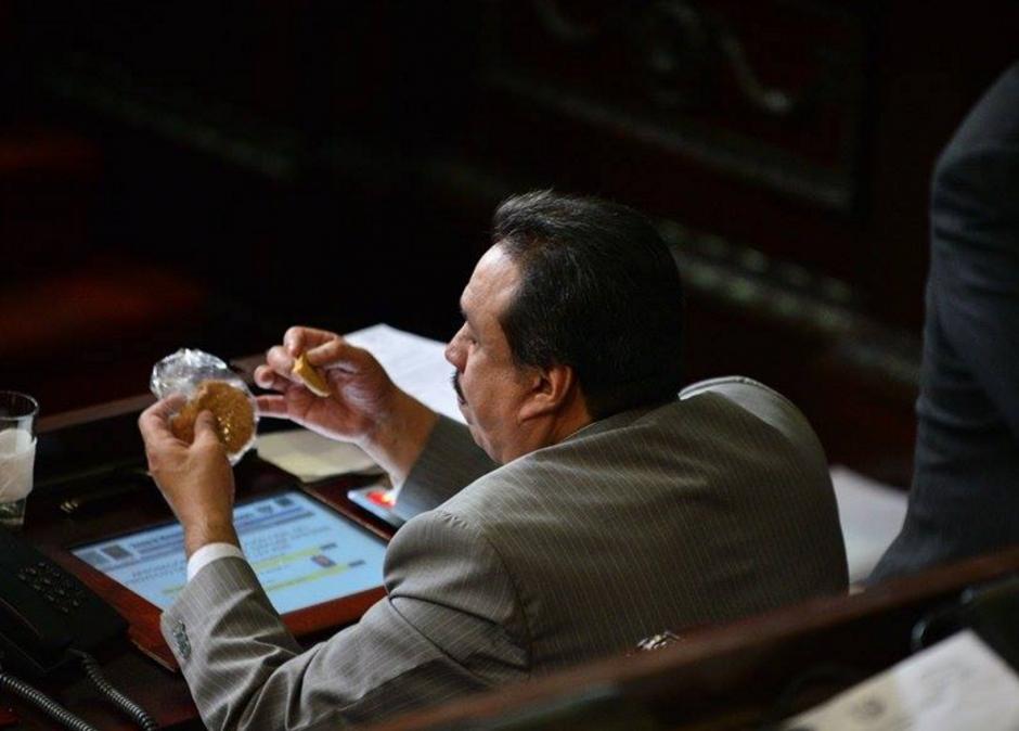 Los diputados se apresuraron a comerse las galletas, pero con la aprobación se demoraron más de dos horas. (Foto: WIlder López/Soy502)