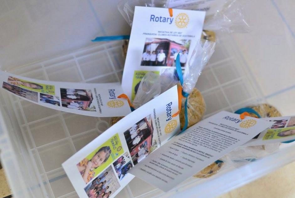 Representantes del Club Rotario regalaron galletas para que los diputados recibieran la información sobre la donación que estuvo a punto de perderse. (Foto: WIlder López/Soy502)