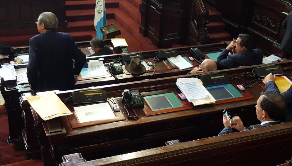 La sesión inició con problemas pues el sistema electrónico para votar no funcionaba. Las pantallas se quedaron en negro. (Foto: Soy502)