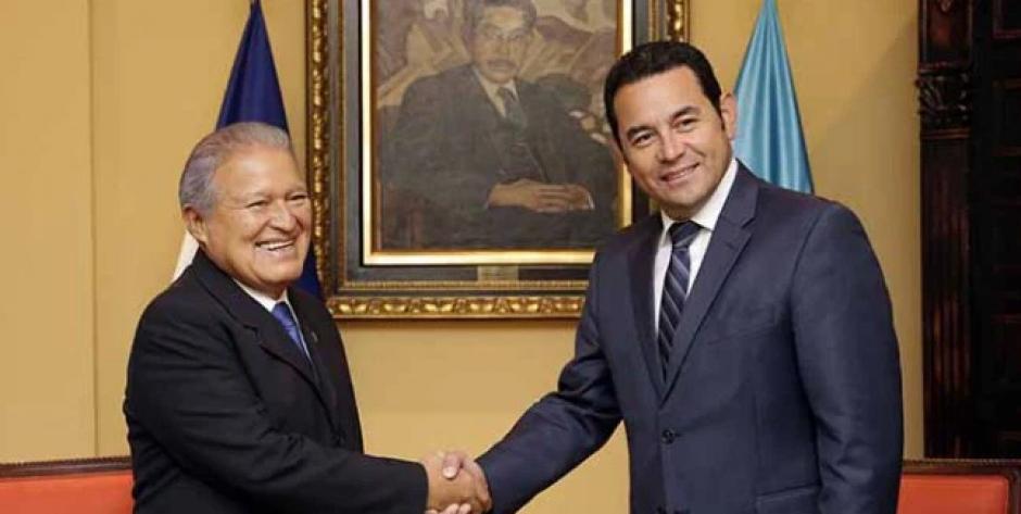 Jimmy Morales fue recibido por el presidente de El Salvador, Salvador Sánchez Cerén. (Foto: Presidencia El Salvador)