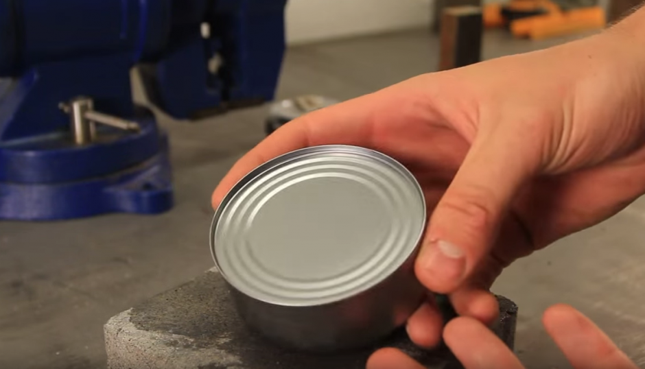 Las latas sin anillo regularmente se abren con un abrelatas. (Imagen: YouTube/CrazyRussianHacker)