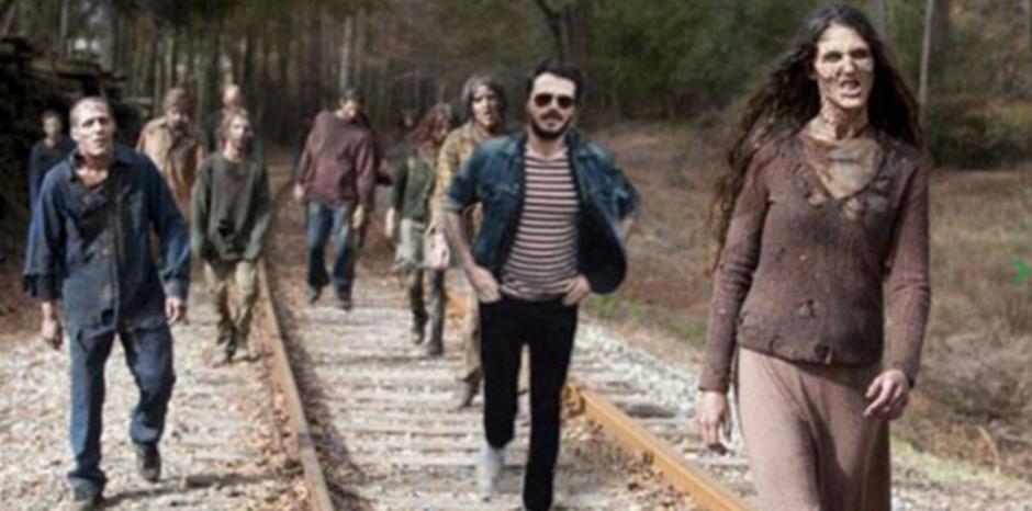 Ivor Noyek junto a los zombies de la serie The Walking Dead.