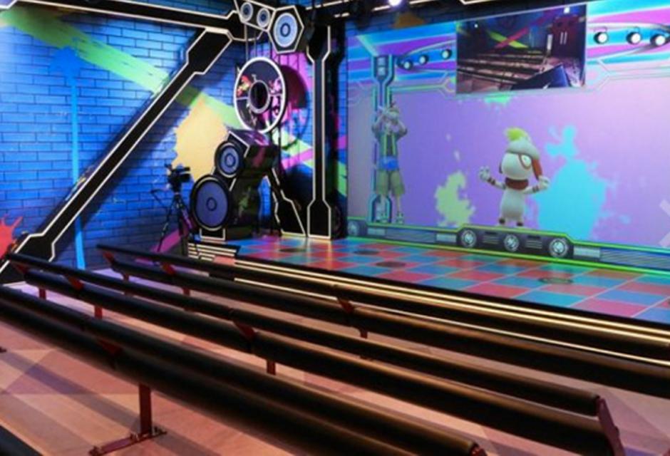 Las clases grupales, también salen de lo común pues los salones no parecen centros deportivos, mas bien, discotecas (Foto: hngn.com)