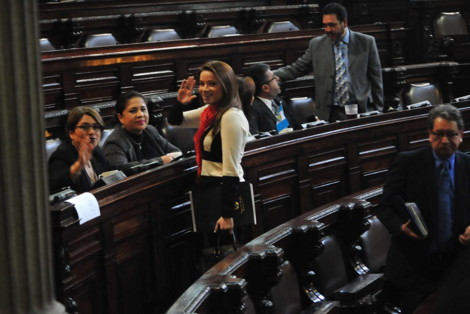 Daniela Beltranena saluda a las cámaras durante la sesión celebrada este sábado en el Congreso. (Foto: Alejandro Balán/Soy502)