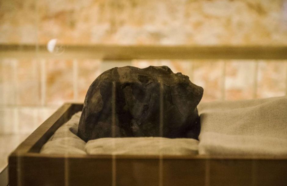 La momia de Tutankamón se encuentra en exhibición, pero podría haber sido enterrado en la tumba destinada originalmente para Nefertiti. (Foto: CNN en español)