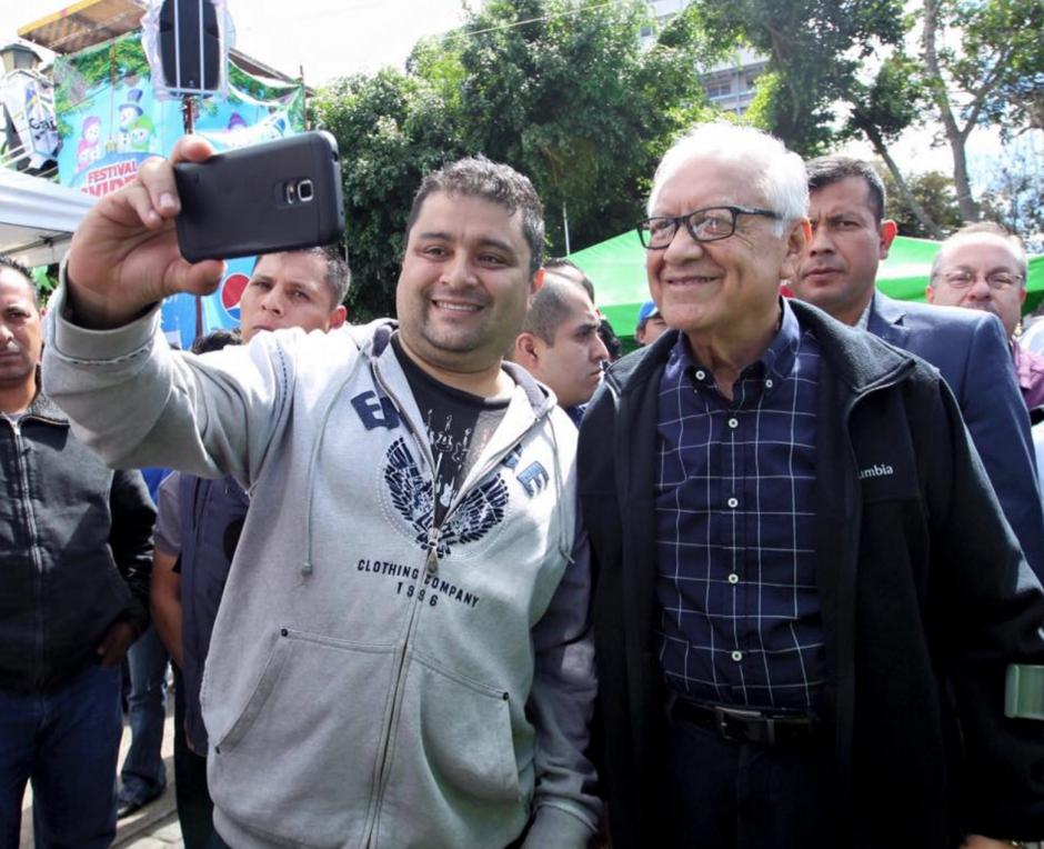Durante su visita al Festival Navideño de la Municipalidad, varias personas se acercaron para tomarse fotos con el Presidente. (Foto: Presidencia)