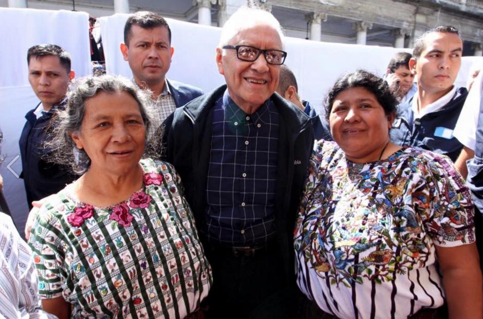 Durante su caminata por el parque central, el presidente Maldonado se tomó fotografías con varias personas. (Foto: Presidencia)