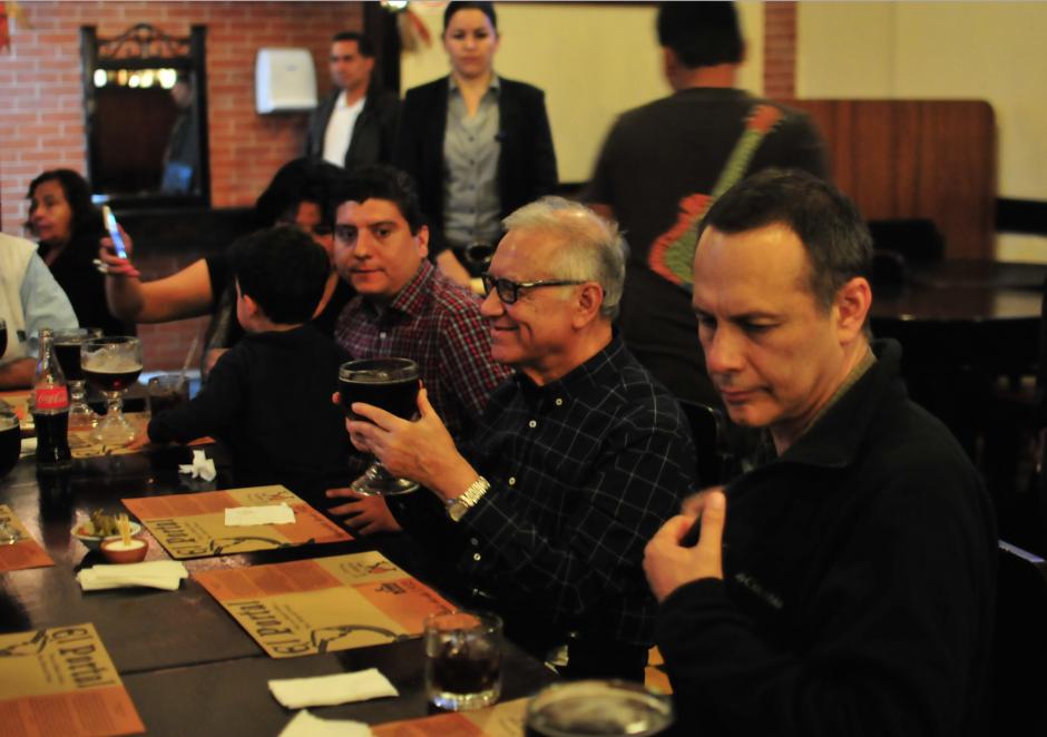 El presidente Alejandro Maldonado Aguirre, acompañado de su hijo y Secretario Ejecutivo de Conred, Alejandro Maldonado se toman una cerveza antes de almorzar. (Foto: Alejandro Balán/Soy502)