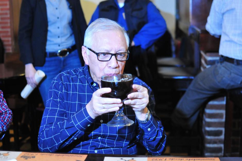 El presidente Alejandro Maldonado Aguirre toma una cerveza luego de dar un paseo por el Festival Navideño instalado en la zona 1. (Foto: Alejandro Balán/Soy502)