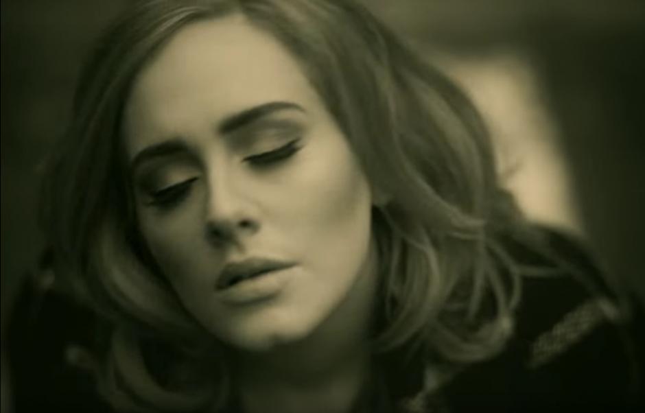 """Adele se ubica en el puesto tres con el tema """"Hello"""". (Imagen: YouTube/Adele)"""