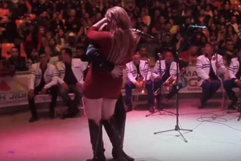 El baile de un cantante con una admiradora desató los celos de un hombre en pleno concierto