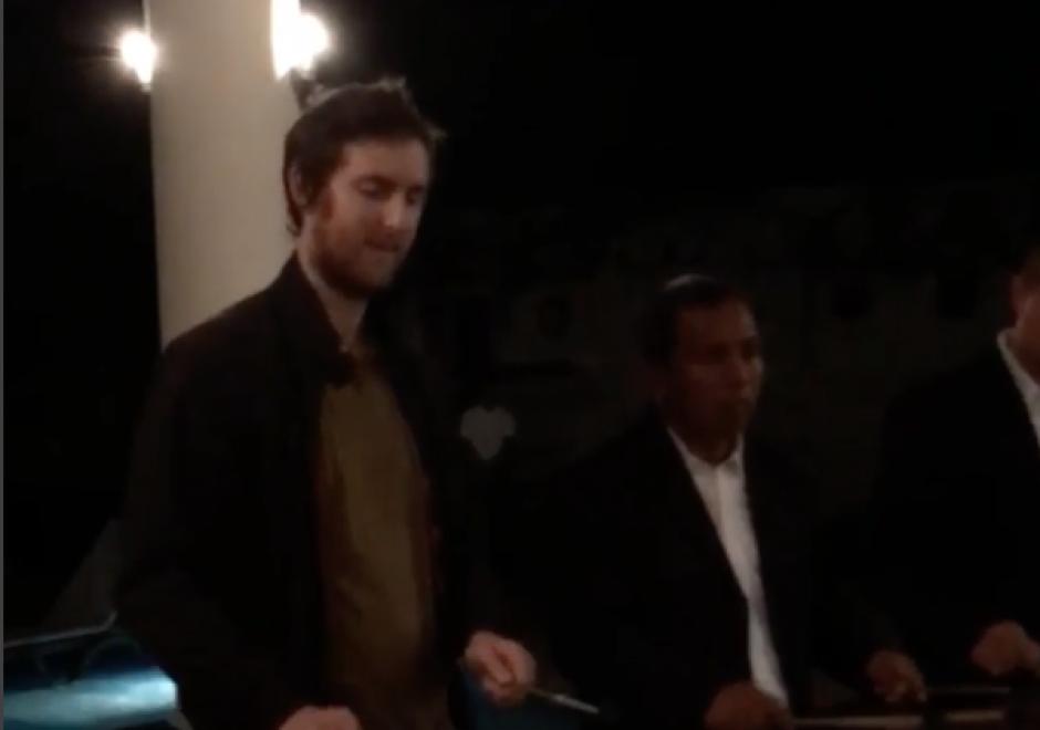 El integrante del Maroon 5 Jesse Carmichael toca Marimba en su visita a Guatemala. (Foto: Instagram/James Valentine)