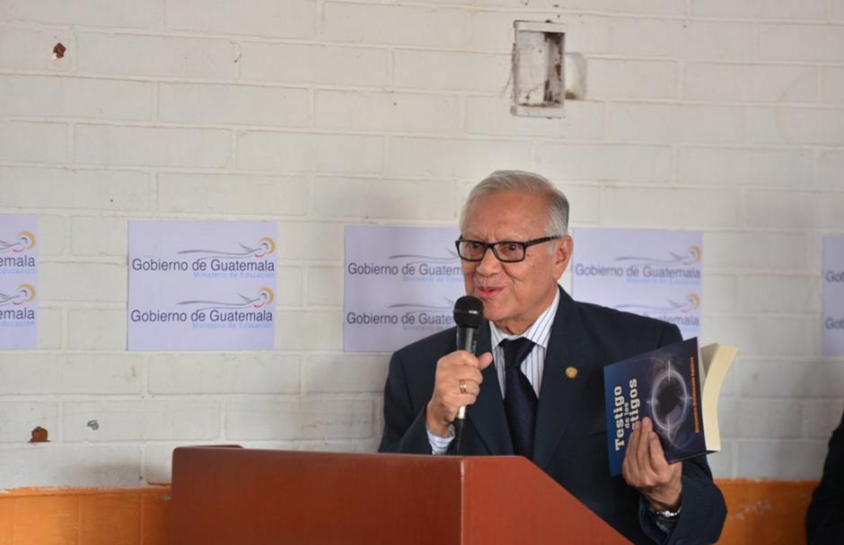 El Presidente Maldonado leyó un pasaje de su libro autobiográfico en el que relata que desde niño quería ser Presidente. (Foto: Wilder López/Soy502)