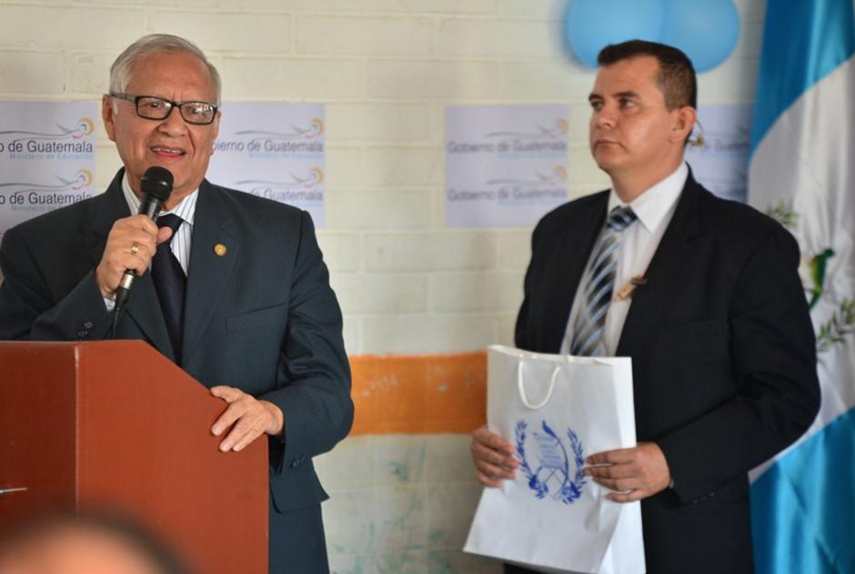El presidente Maldonado llevaba en esa bolsa blanca preparado el libro que escribió para leer un fragmento en su discurso. (Foto: Wilder López/Soy502)