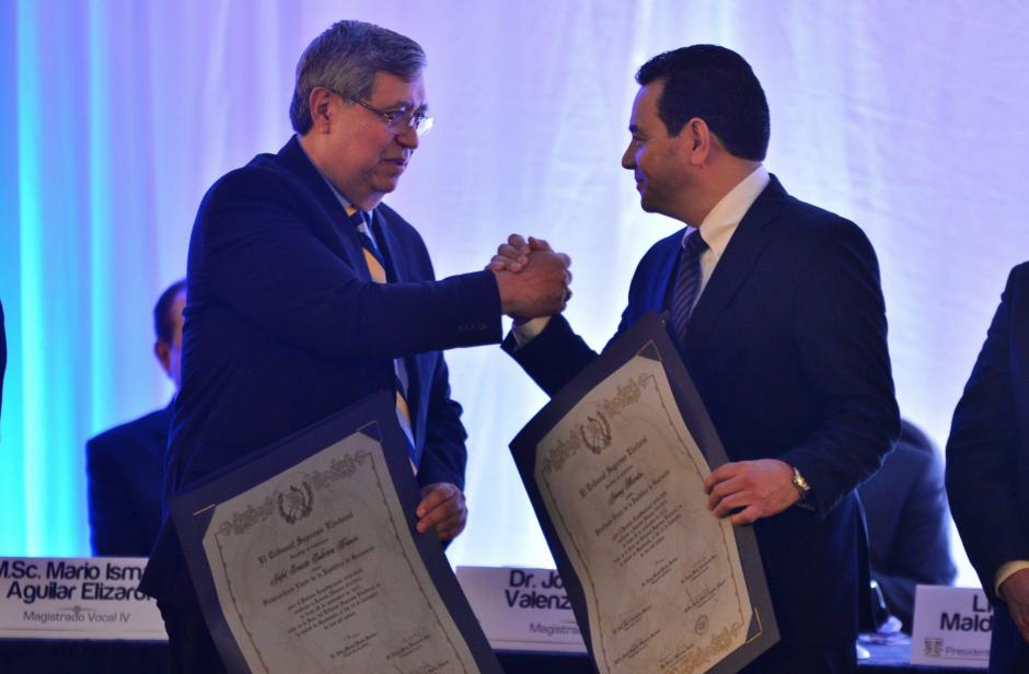 El saludo del triunfo. Jimmy Morales y Jafeth Cabrera recibieron los documentos que los acreditan como presidente y vicepresidente electos. (Foto: Wilder López/Soy502)