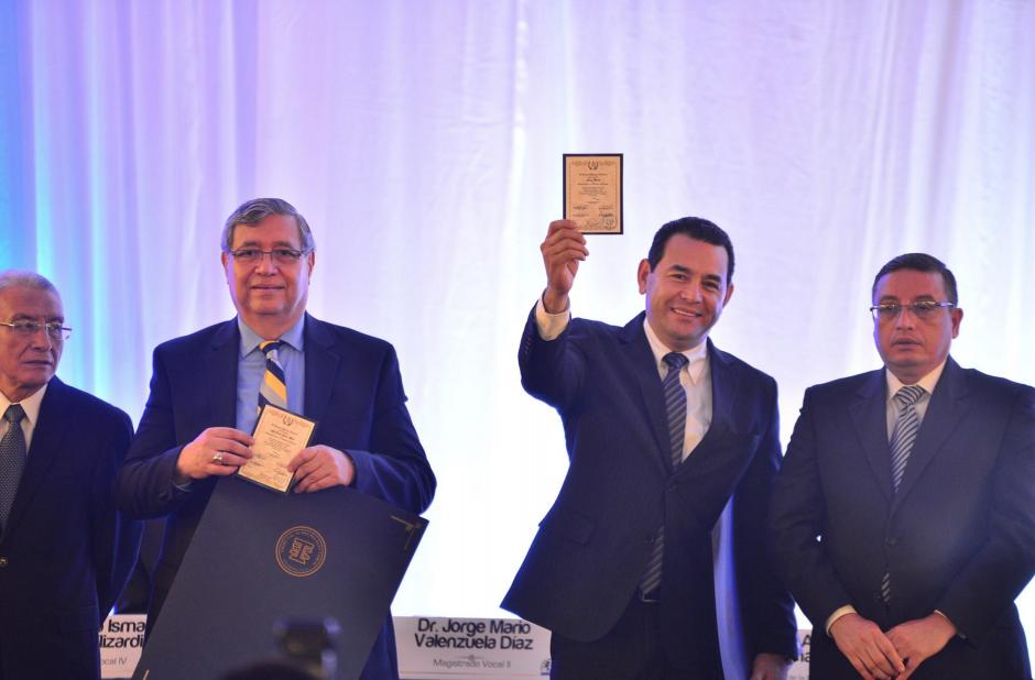 Jimmy Morales muestra la credencial como presidente electo. (Foto: Wilder López/Soy502)