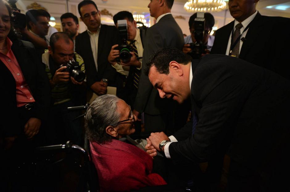 Jimmy Morales saluda a una señora de la tercera edad después de recibir sus credenciales. (Foto: Wilder López/Soy502)
