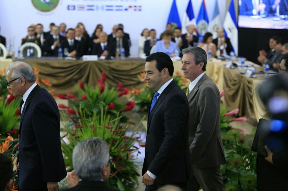 El presidente Alejandro Maldonado y Jimmy Morales a su ingreso de la reunión del Sica. (Foto: Equipo de comunicación del presidente electo)