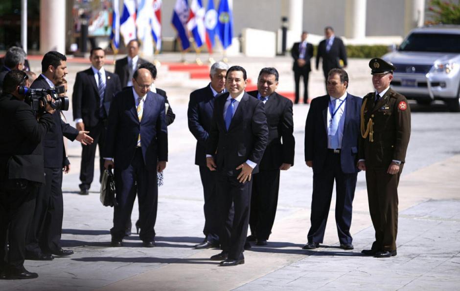 Jimmy Morales llegó horas después que el presidente Alejandro Maldonado, acompañado de su equipo. (Foto: Equipo de comunicación del presidente electo)